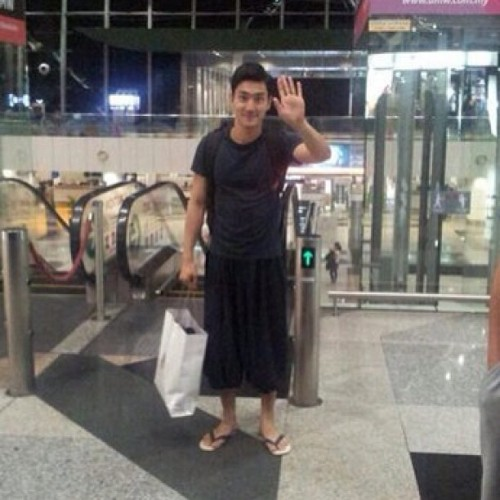 best airport fashion from mr. siwon choi 😜😜😜 #instagram #instago #instagood #instaalbum #instaadict #ig #igers #instagramers #jj #jj_forum #bestoftheday #photooftheday #picoftheday #popular #popularpage #siwon #siwonchoi #choisiwon #airport #airportfashion #KLIA #smtown #smentertainment #superjunior #kpop