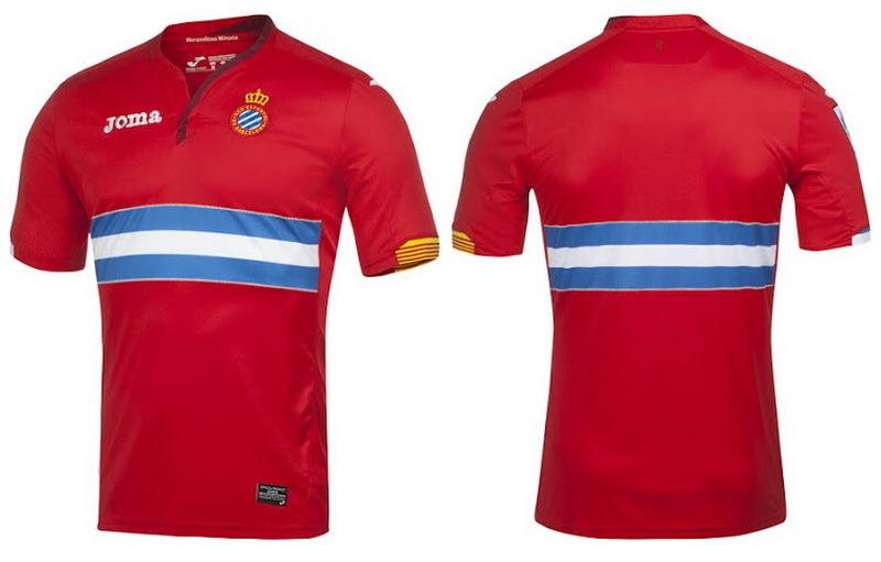 Nueva Joma camiseta RCD Espanyol lejos 2015-16Principalmente rojo, el Nueva Joma camisetas de futbol RCD Espanyol lejos 2015-16 cuenta con un panel de aros llamativas en el frente, en honor a los colores azul y blanco del club.Un tono más oscuro de rojo se utiliza para las partes del cuello asimétrico, mientras que los colores de la bandera catalán están presentes en los puños de las mangas que dejan.Pantalones cortos y calcetines rojos con detalles marrones se combinan con el Nueva segunda equipación del Espanyol 2015 2016.Un perico se representa en la parte frontal superior de los pantalones cortos de los 'Pericos' (pericos) equipación del Espanyol 2015 2016.