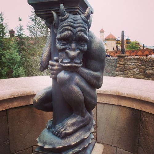Gargoyle - Beasts Castle #newfantasyland #beastscastle #magickingdom #fantasyland #beourguestrestaurant #beautyandthebeast #waltdisneyworld   (at Be Our Guest Restaurant)
