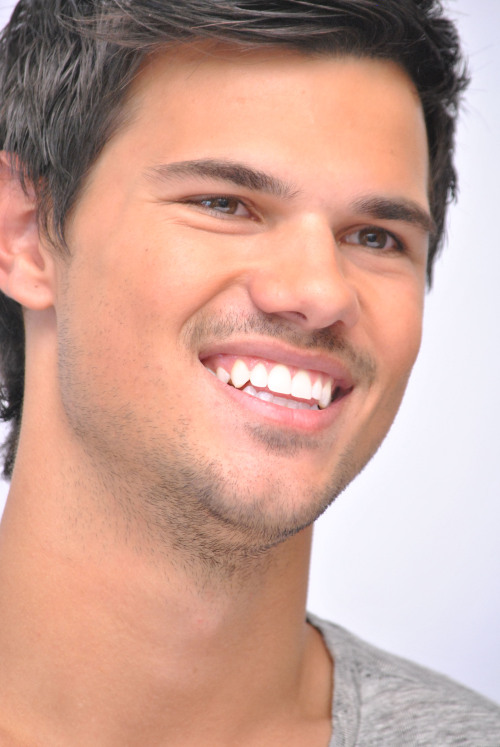 New Photos of Taylor at the Press Conference in Mexico for Grown Ups 2