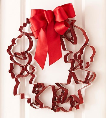Charming cookie-cutter wreath project here!