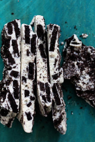 thecakebar:  Cookies and Cream Oreo Bark  Just 2 ingredients and super fast to make!