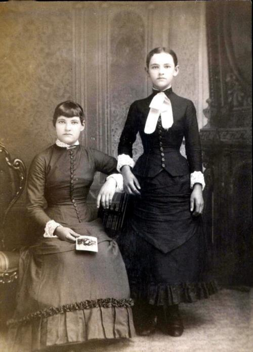 evendiamondsarentforever:  Post-mortem photography began in 1839 in the Victorian Era. It was created as a memorial for families of their loved ones, as their post-mortem photos may have been their only ones. The girl on the left of this photo is dead.   isn't it the girl on the right that's dead?