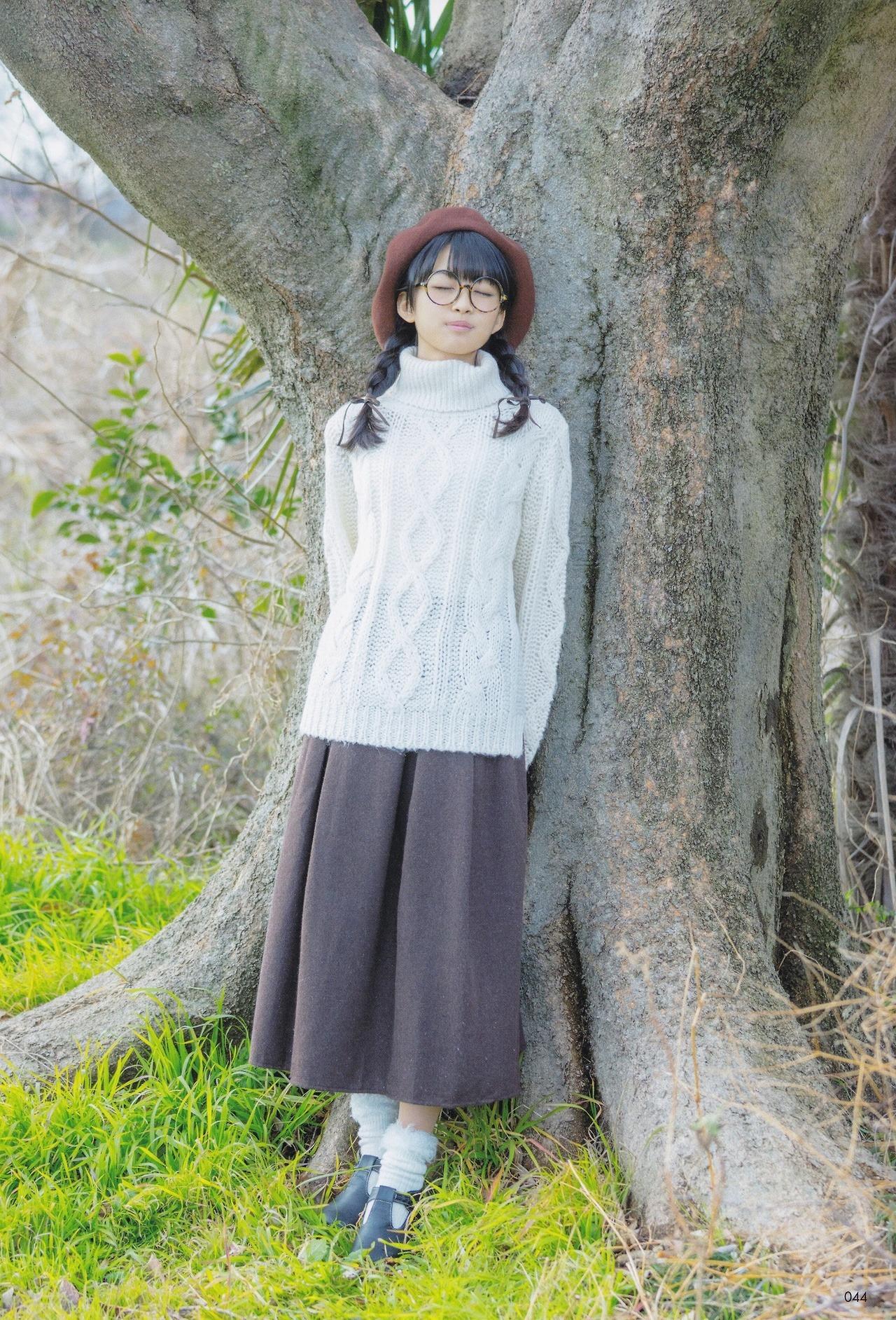 大きな木に寄り掛かっているメガネ姿の原田葵の画像