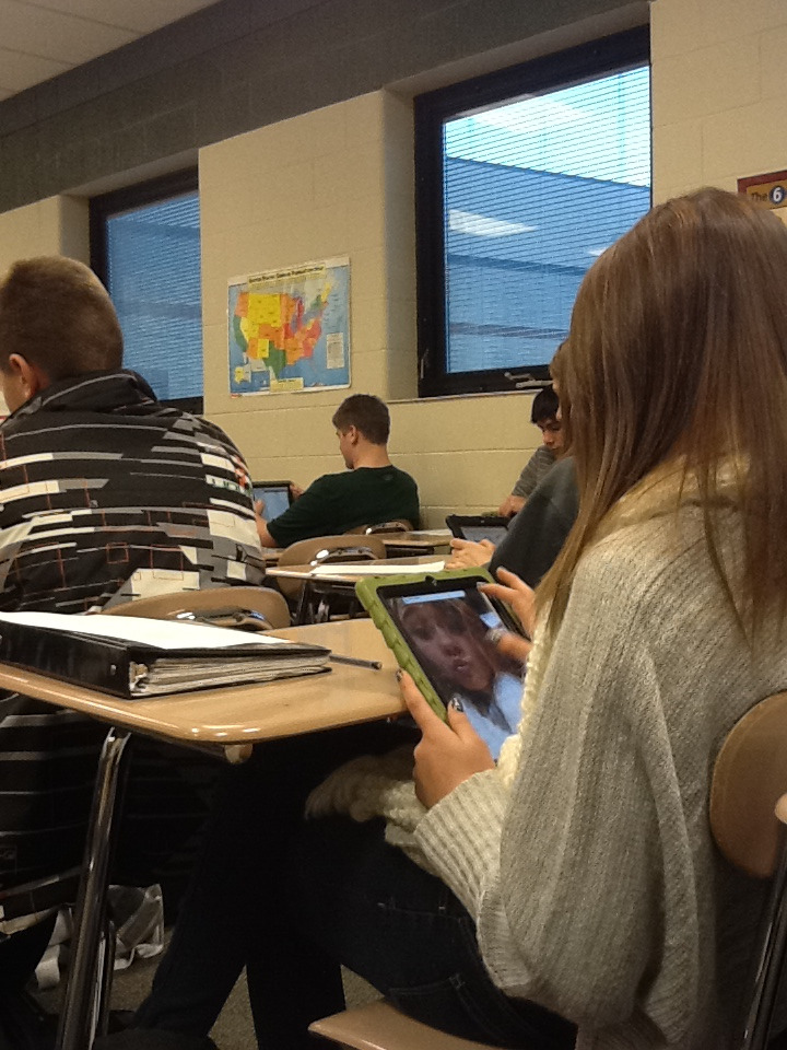 penguinize:  this girl was looking at her selfies in class today