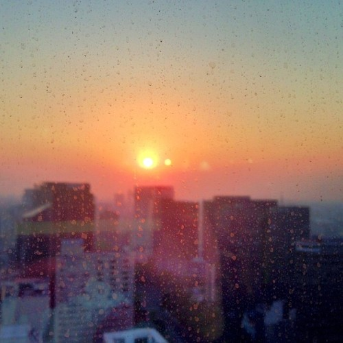 Dirty Window Sunrise #Snapseed #sunrise #office #mexico #mexicocity #city  (en HSBC Corporate Tower)