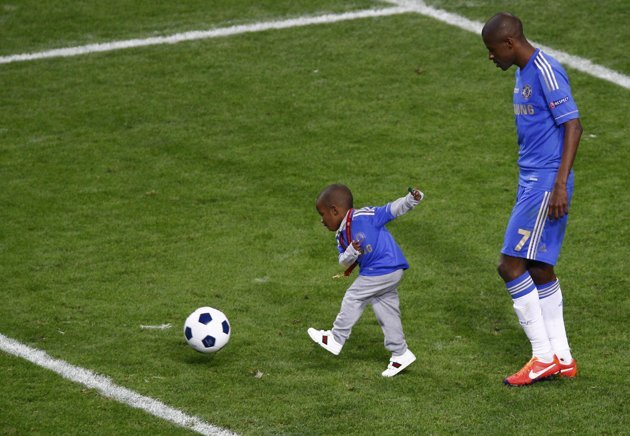 Ramires plays with his son on the pitch.