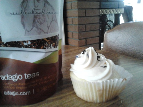 areyoutryingtodeduceme:  commander-cosmo:  i made cupcakes and reichenbach recovery frosting reichenbach recovery tea: x vanilla cupcake recipe: x reichenbach recovery buttercream:  2 2/3 cups powdered sugar 8 tablespoons softened butter 2 tablespoons Reichenbach Recovery Tea + 3 tablespoons boiling water directions: allow tea to steep in boiling water for 10-20 minutes whip together icing sugar and butter until light, pale and fluffy (3-4 minutes) add tea to frosting. mix well.   SCREAMSSSSS