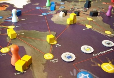 The Board Game Family Pandemic board game review - The Board Game Familytheboardgamefamily.com Pan­dem­ic is fan­tas­tic fam­i­ly fun!It's a coop­er­a­tive board game that has every­one try­ing to beat the game – you either all win or all lose. And believe us, there are many ways to lose.Play­e …