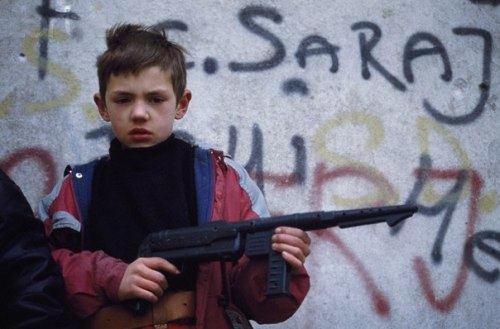 Patrick Chauvel.Bosnian children play war games in the street of Sarajevo.February 01, 1993.