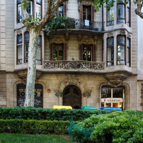 INGLES FRANCES ALEMAN The building right next to Casa Macaya in the Passeig de Sant Joan