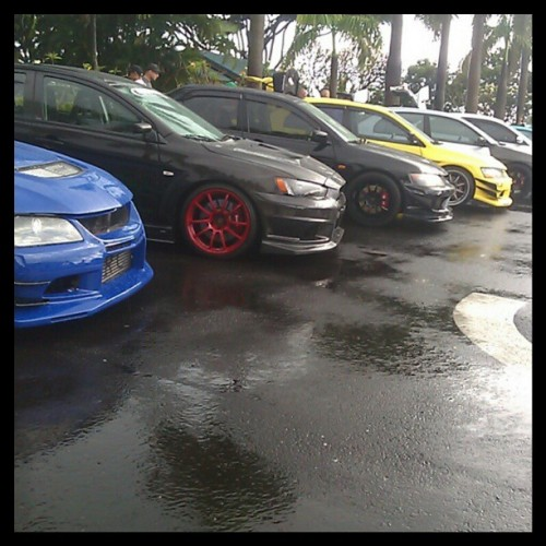 rkdc5:  Sadly I got to hellaflush HELLA late… So only got a few pictures…. #HellaflushHawaii #Hellaflush #hellaflush2013 #JDM #SlammedSociety #Oahu #Hawaii #hawaiiillestwhips Damn that EVO lineup doe! @misslynnn_ #Mitsubishi #evolution #lancer #EVO