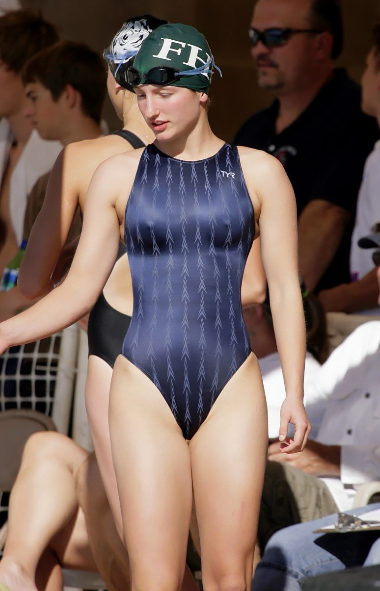 swimsuitcurves:  Tight swimsuit
