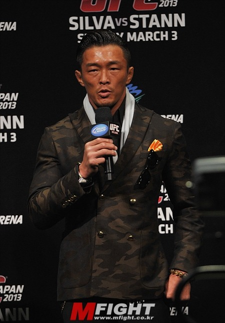 "Yoshihiro ""SEXYAMA"" Akiyama at the UFC fan meeting in Japan with Hatsu Hioki for UFC on FUEL TV 8 [THIS SATURDAY!!!] WAR MARK HUNT, WAR WANDERLEI, AND LAST BUT NOT THE LEAST, LET'S GO ""STUNGUN"" DONG-HYUN, KIM WAR MARK HUNT, WAR WANDERLEI, AND LAST BUT NOT THE LEAST, WAR  ""STUNGUN"" DONG-HYUN, KIM"