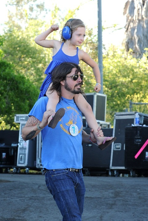 gingerhaole:  Dave Grohl and his daughter enjoying a concert.