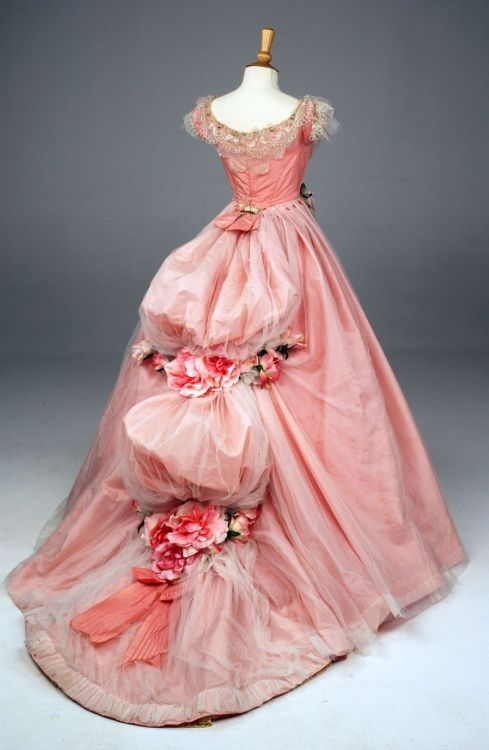 fookyeahconradveidt:  Still doing research on nineteenth-century clothing, I found this and basically had a girly-gasm. This is like the quintessential expression of my femininity, if I didn't have that black-leather-wearing, kick-ass-and-take-names side as well.