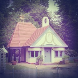 Location of todays shoot! This lil 'miniature' house was built in 1902 for the 7 year old princess Elisabeth. Everything is smaller to match the size of a child :) Soooooo lovely!!! She used to play in there until she died at the age of eight :/ (hier: Frankfurt)