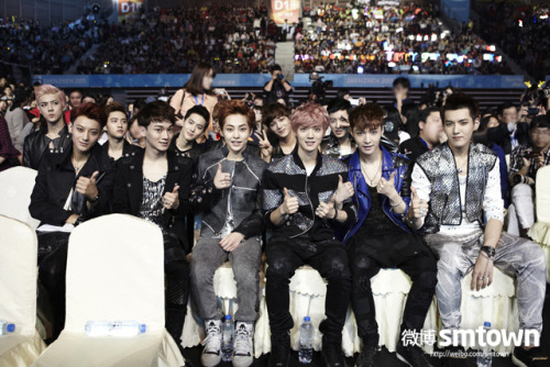 1. AWESOME FRONT ROW DERPY SECOND ROW 2. DIRECTION OF CHEN'S EYES … 3.LAY'S BOW 4. HEIGHT ISSUE AGAIN AND AGAIN 5. TWELVE SEXY BACKS