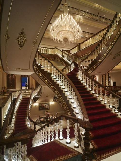 a-fair-princess:  Imagine walking down this staircase in your gown. Amazing. Follow for more formal/prom/wedding inspired posts.