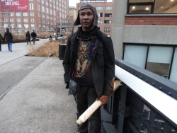 (via Park Employee Assaults Art Vendor on the High Line) It seems that some of the park employees working for the High Line in New York aren't so artist-friendly…