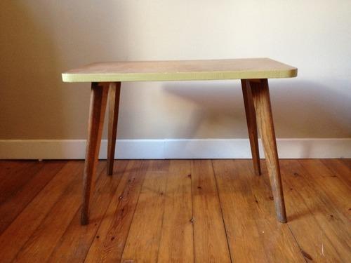 un cercle rouge une table basse pieds compas. Black Bedroom Furniture Sets. Home Design Ideas
