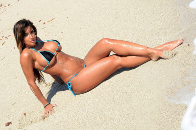 Bangin latina ( Claudia Sampedro ) in a tiny bikini on the beach