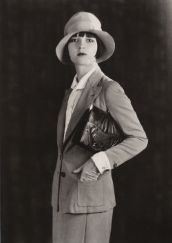 miss-flapper:  Louise Brooks photographed for Meeker Made Handbags, 1928