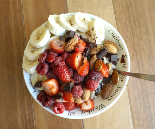 megora-celine:  oatmeal banana, strawberries, raspberries, almonds and dark chocolate