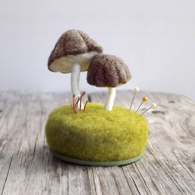 crushculdesac:  ❖ Cutest Pin Cushion I ever did see! ❖ Foxtail Creek Studio on ETSY ❖ ⓧⓞⓥ kisshugstitch! ❖
