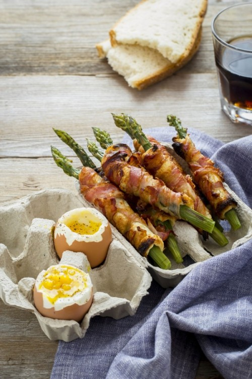 gastrogirl:  bacon-wrapped asparagus with eggs.
