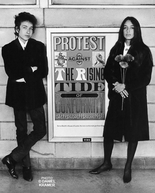 theswinginsixties:  Bob Dylan and Joan Baez in Newark, New Jersey, 1964. © Daniel Kramer