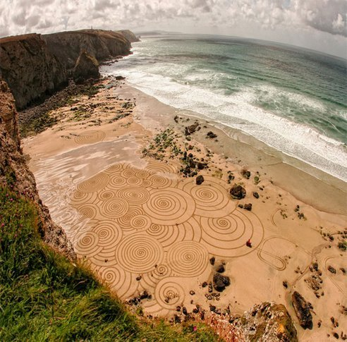 British artist Tony Plant, a sand-painter and photographer who borrows his canvas from nature by using the wet sand of low-lying coastal lands of England as his working surface. His art is deceptively simple but impressive, employing simple tools like garden rakes to create large-scale sand artworks. (via Artist's Massive Sand Paintings Disappear With the Tides (Video) : TreeHugger)