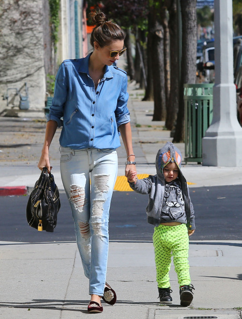 love-miranda-kerr-fan:  Miranda taking Flynn to a kids gym in Hollywood 8.4.13