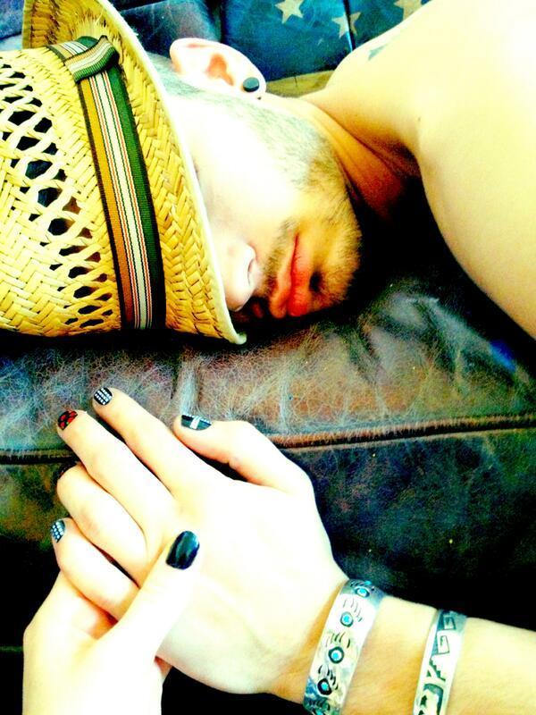niallofficiol:   @LittleMixOffic The perks of your boyfriend not waking up through anything. Pretty LM nails Zayn (; Perrie <3 pic.twitter.com/qidMci8nsl