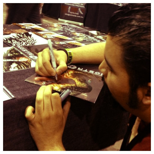 (via Ayer firmando Nostromos en @lamolecomiccon #fb on Twitpic)
