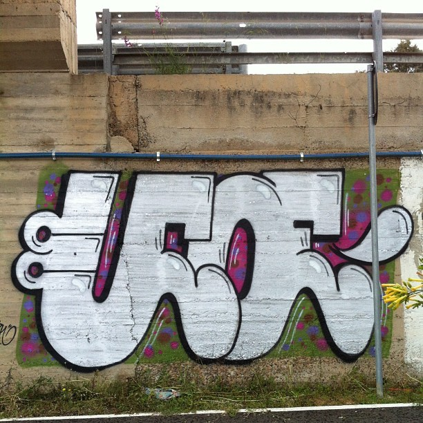 uuffooee:  #ufoe #graffiti #throwup #letters #welovebombing #colors #cagliari #nopaintnogame