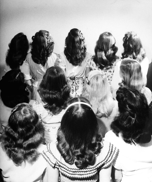 vintagegal:  Popular shoulder length hairstyle worn by teenagers, 1947. Photographed by Nina Leen (x)