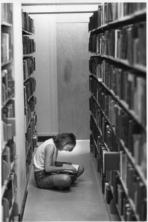 bombards:  rodreyes:  In the library stacks. Wellesley College, MA (1969) © Bradford F. Herzog  aw she's laughing