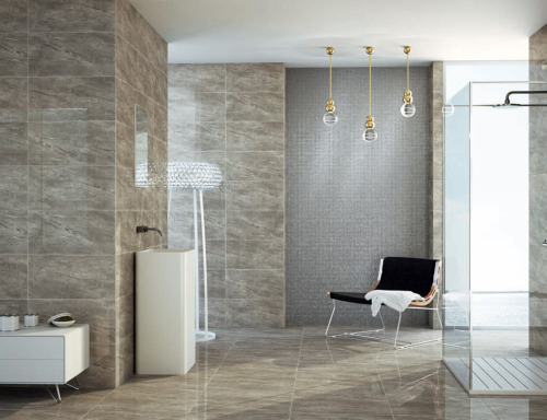 Create elegant but modern bathrooms with Anjasora Tile collection both for floors and walls. Its high gloss finish gives it luminosity and a sophisticated touch. Crea un baño elegante y moderno con la colección Anjasora Tile para el suelo y las paredes. Su alto brillo otorga luminosidad y un toque sofisticado.