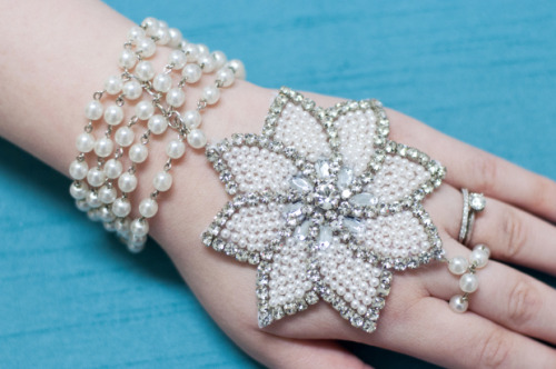 Love the glitz and glam? Lots of pearls and diamantes? If so then this Great Gatsby inspired-bracelet DIY from the M&J blog is a must see for you. Stunning.