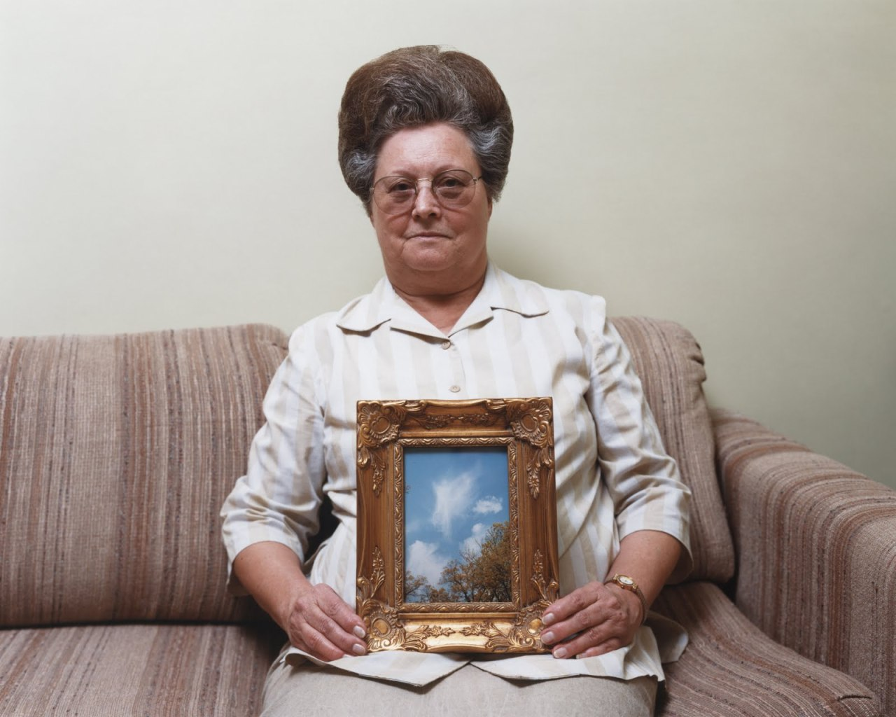 Alec Soth, Bonnie (with a photograph of an angel), Port Gibson, Mississippi, 2000, chromogenic print, 16 x 20 inches, Collection of Allen G. Thomas Jr. An exhibition at the North Carolina Museum of Art highlights the work of Alec Soth — specifically from two of his bodies of work, Sleeping by the Mississippi and NIAGARA. For more information about the exhibit, follow on this way. See Alec's most recent book, Looking for Love, here on LightBox.