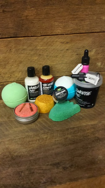 hipdip:  BIG OL' LUSH GIVEAWAY! Hey all! So I've been wanting to do a giveaway for years now and i'm finally doing it! I decided to do a lush giveaway because I love lush almost as much as I love my followers:) Enjoy♡ what you get x1 Avobath Bath Bomb x1 Big Blue Bath Bomb x1 Sunnyside Bubble Bar x1 Vanilla Puff Dusting Powder x1 The Olive Branch Shower Gel 3.3oz x1 New Shampoo Bar(with travel tin) x1 Sweetie Pie Shower Jelly 8.5oz x1 Stepping Stone Foot Scrub x1 Bubblegum Lip Scrub x1 Success Liquid Eyeliner x1GlamorousLiquidLipstick the rules must be following me! reblog this post(the more that you reblog the more chances to win!) be willing to give me shipping info keep your inbox open! I'll ship worldwide so anyone can enter! The contest ends on October 8th so good luck, cutiebees!:) Feel free to inbox me with any questions