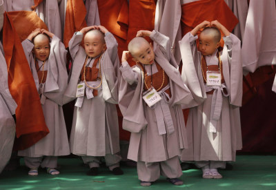 watchtheskytonight:   Young Buddhist monks feel their newly shaved heads in Seoul  Is this not the cutest thing