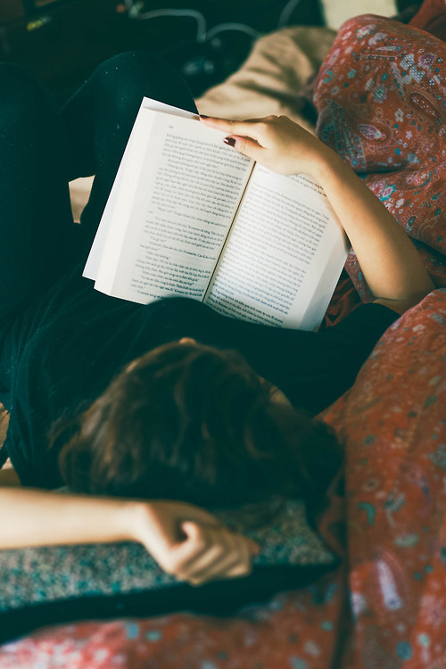 too-fabulicious:  relax & read a good book