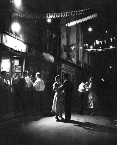theniftyfifties:   Couples dancing in the street in Paris, 1950s.