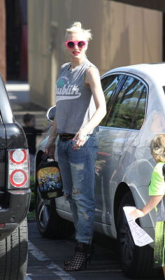 justnodoubt:  Gwen Stefani runs errands with Zuma, 14th May 2013.
