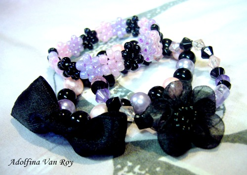 ~{♱Soft Gothic bracelet set♱}~Made of black and pink&purple pearly and glassy beads.  Decorated with bows and flowers. The peyote daisy bracelet is right now my favorite (◕‿◕✿)  It was such a fun. Planning on more peyote mini beaded jewelry ♥