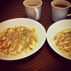 👫 His and hers brunch on lazy Sunday. Eggwhite oats w drizzled honey 🍯, pb, and 🍌 banana slices. Top w chiaseeds and DONE. #oatmeal #chiaseeds #eggwhite #oats #nutrition #healthy #health #brunch #coffee #breakfast #sunday #fitfood #instagood #instagramfitness #yum #nom #getinmybelly #mytummyeats 🎈#histummyeatstoo