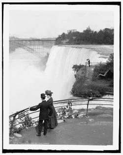 explore-blog:  An enormous ice dam formed at the source of the Niagara River on the eastern shore of Lake Erie on March 29, 1848. Just after midnight, the thunderous sound of water surging over the great falls at Niagara came to a halt as the flow of water became severely restricted due to the ice jam. The eerie silence persisted throughout the day and into the next evening until the waters of Lake Erie broke through the blockage and resumed their course down the river and over the falls. The day Niagara Falls stood still. (↬ Cojourneo)