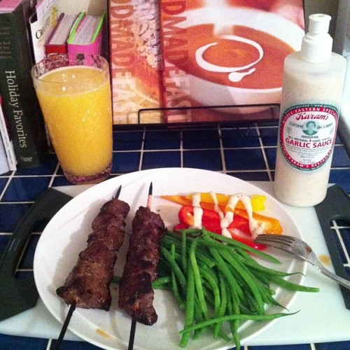 #paleo dinner - orange juice & seltzer = yum! rosemary beef kabobs, raw tricolored peppers w/garlic sauce, French haricot vert